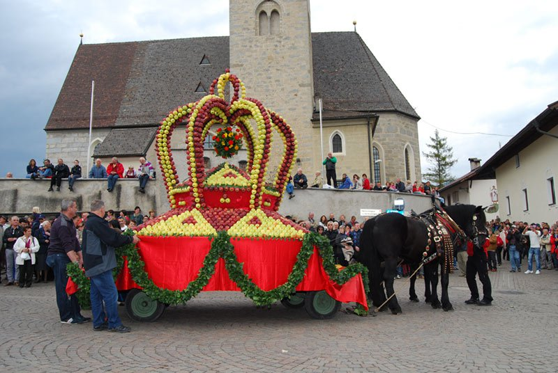 Das Apfelplateau Natz-Schabs im Eisacktal ist zweimal im Jahr Schauplatz von bedeutenden Feierlichkeiten
